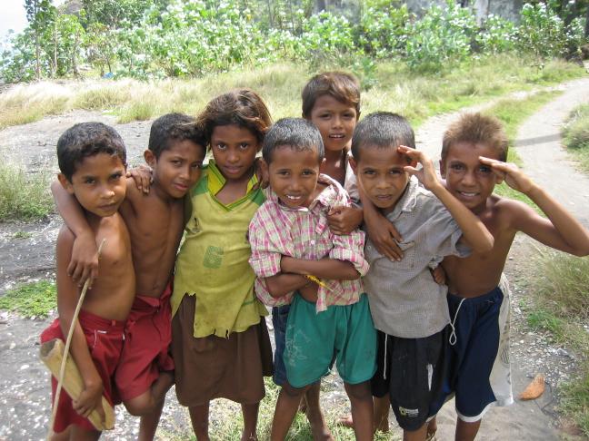 Kindertjes op Flores die poseren voor de foto