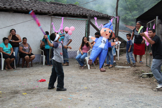 De piñata stuk slaan