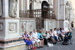 Italiaanse oudjes op plein in Siena
