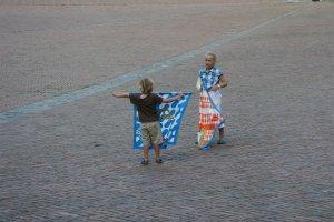 Kinderen met vaandels op Piazza del Campo