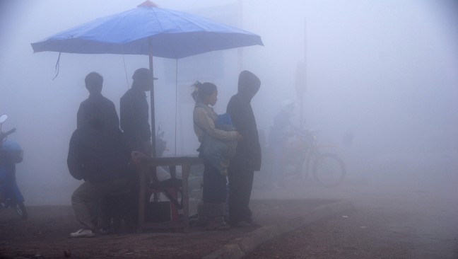 busstop in dichte mist (Muang Phu Khun)