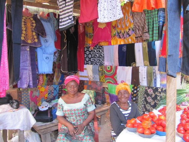 Kleding te koop op de markt in Bolgatanga