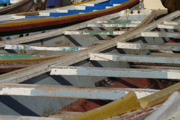 Piroques op het strand bij Dakar