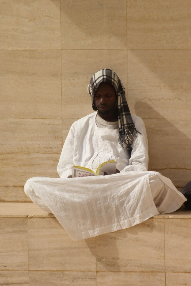 Biddende man in moskee van Touba
