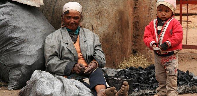 houtskoolverkoopster in Tana