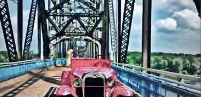Oldtimer op de Old Chain Bridge