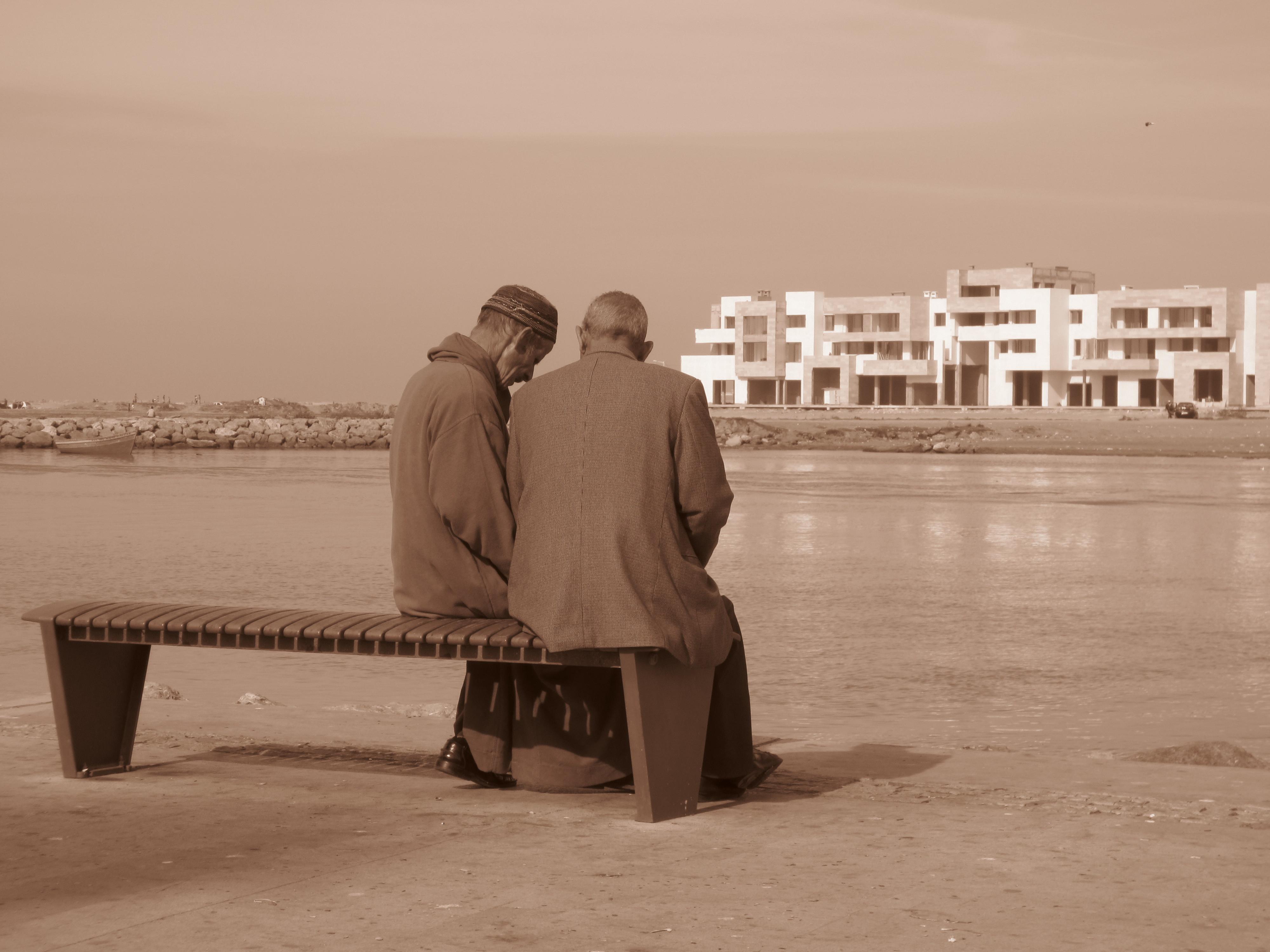 Op Een Bankje.Rabat 2 Oude Mannen Op Een Bankje Columbus Travel