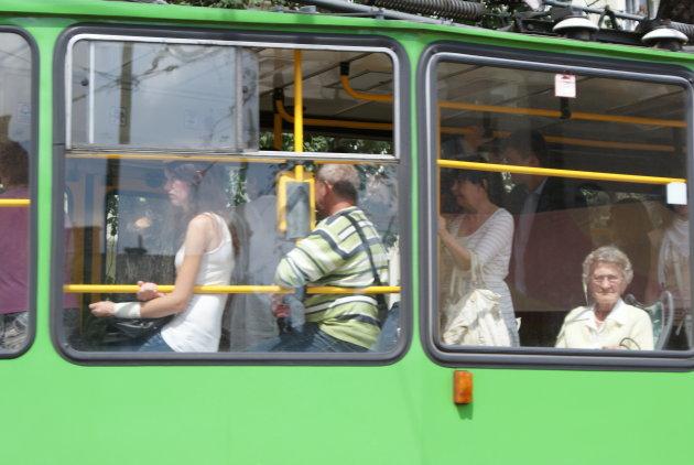 Reizigers in een tram in Poznan