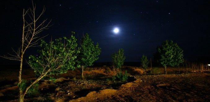 Heldere sterrenlucht boven Monument Valley