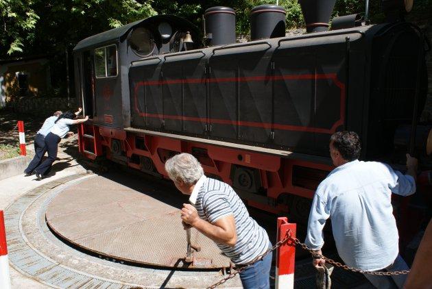 Draaien van het oude treintje bij Milies