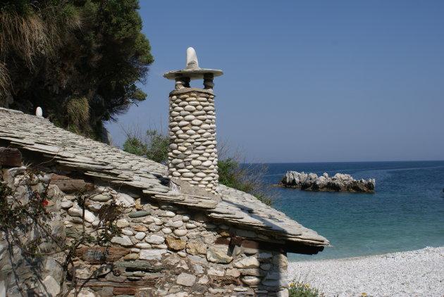 Traditioneel dak met schoorsteentje bij het strand van Damouchari, Griekenland