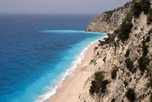 Uitzicht van de parkeerplaats op Egremni beach, Lefkas, Griekenland