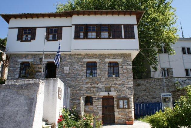 Traditionele griekse bouwstijl, een grieks gemeentehuis in de plaats Milies, Pilion