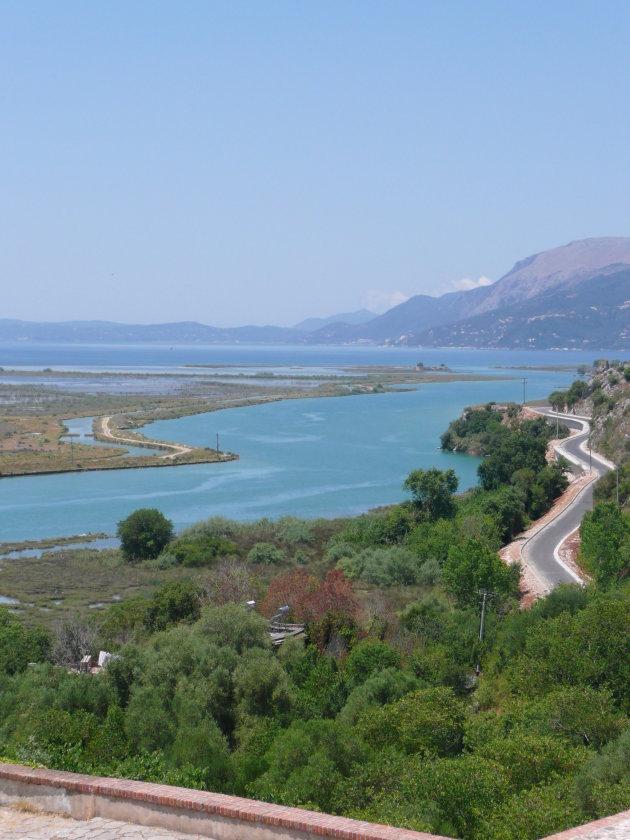 Uitzicht vanaf Butrint naar Corfu