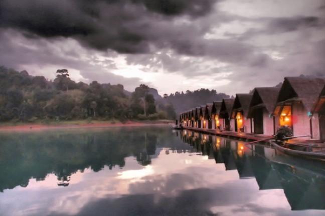 Drijvende vlot hutjes op het meer in Khao Sok (natuurpark zuid Thailand)
