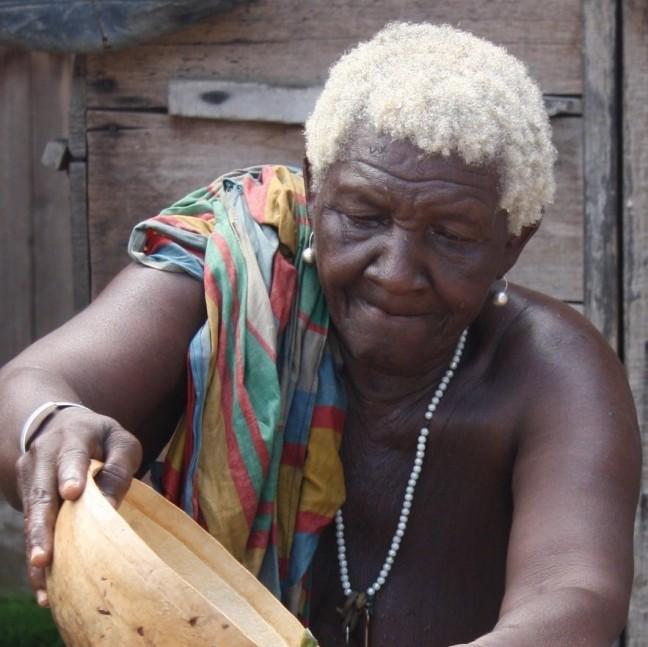 Oude Marron dame geeft kruidenbad