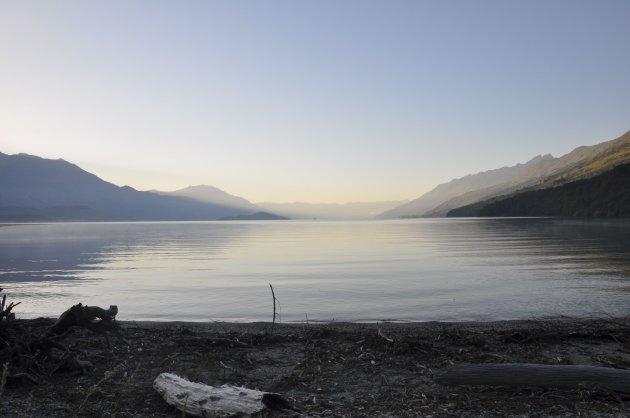 het rustige water van Lake Wikatipu in de ochtend