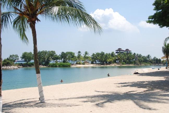 Wit zand, helderblauwe zee en palmbomen op Sentosa Island