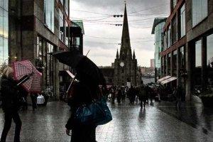 Regen in een winkelstraat in Birmingham