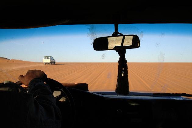Racen door de woestijn opweg naar het Akakus gebergte