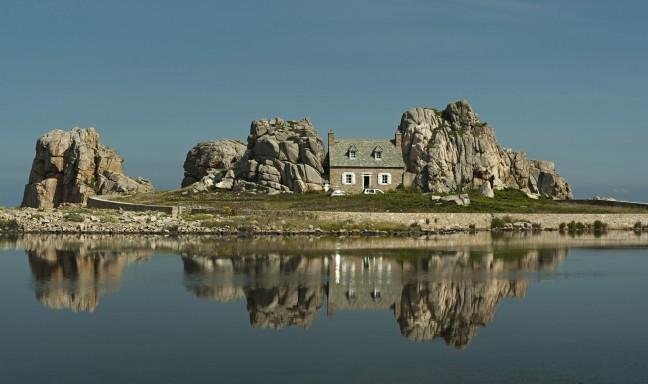 Huis tussen de rotsen.