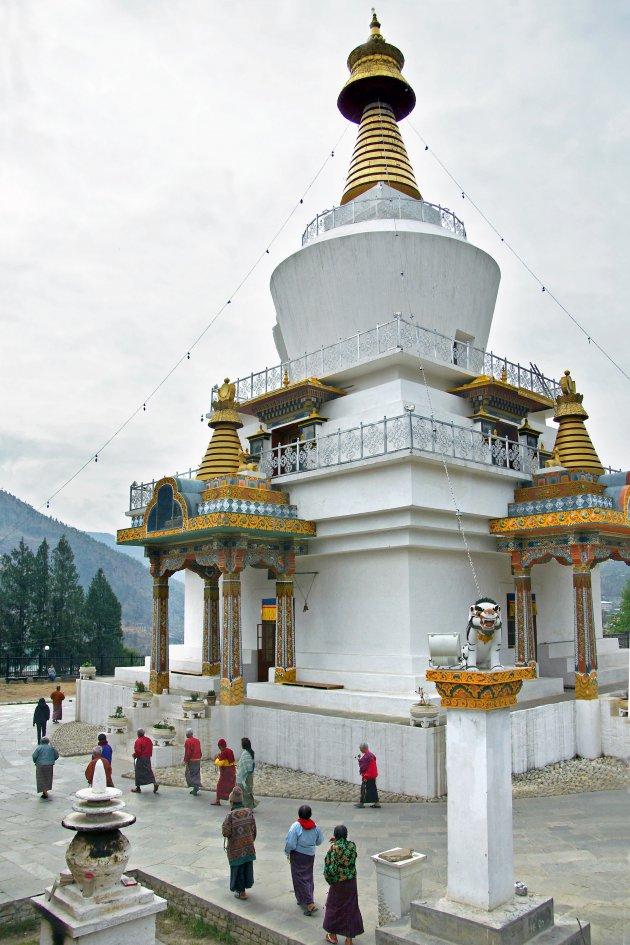 Bidden voor de koning bij Thimpu Chorten