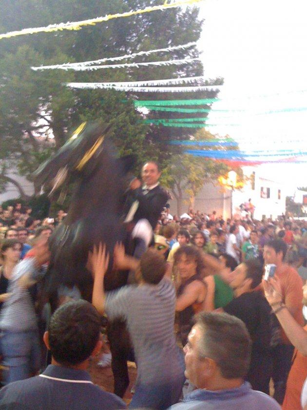 jaarlijks evenement op Menorca, paard moet zo lang mogelijk op 2 achterste bene blijven staan.