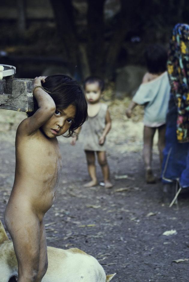Kindje in een traditioneel Laos dorpje