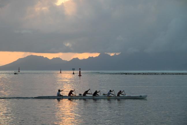 Tahiti zonsondergang roeien