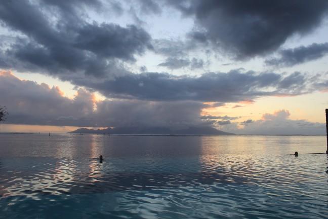 Tahiti waar eindigt de zwembad en begint de zee bij zonsondergang