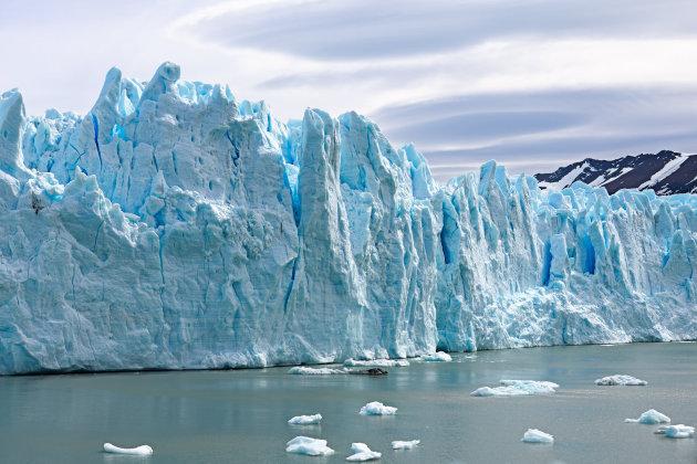 Surrealistische lucht boven het blauwe ijs van de Perito Moreno Glacier
