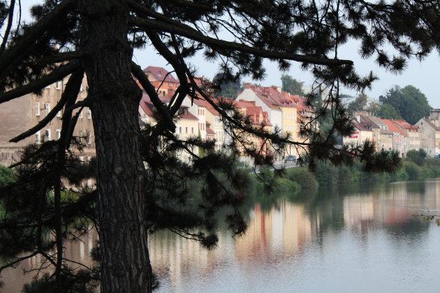 Reflectie van Goerlitz op het water