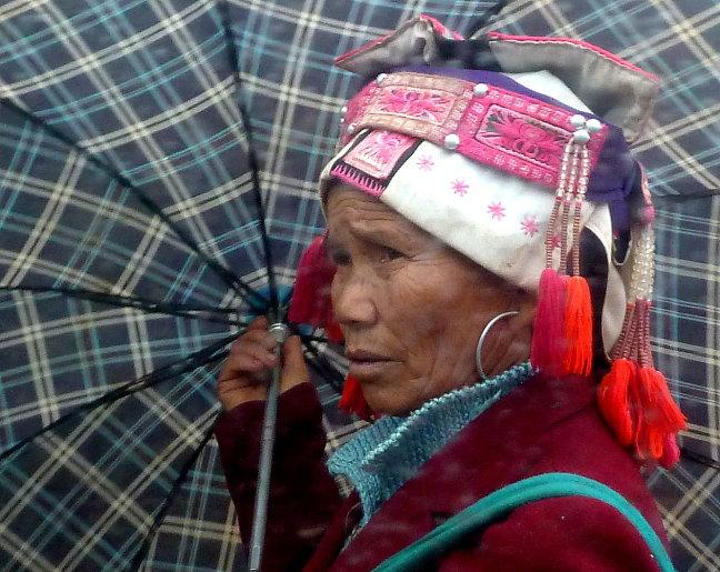 Huayao Yi onder paraplu