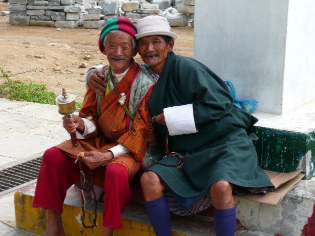Twee Bhutanezen in traditionele kleding