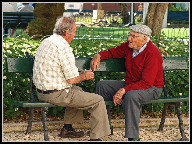 Relax pratend tijdens een kaartje leggen.