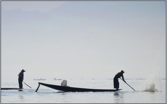 Intha vissers aan het werk