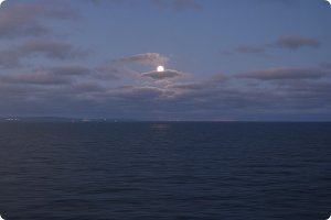 volle maan op zee