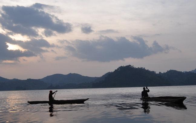 vissers in de avondschemering