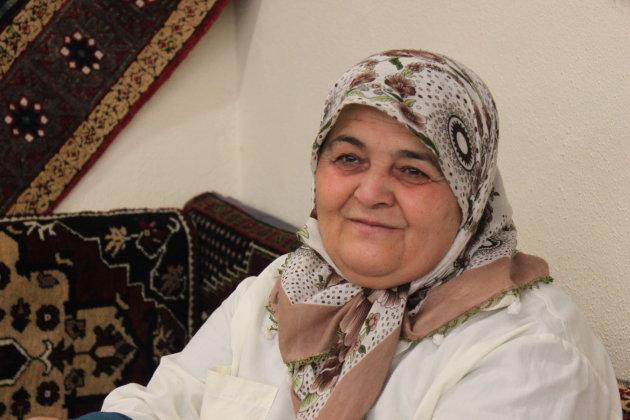 Turkse vrouw in tapijtweverij