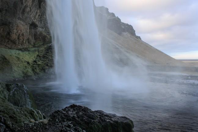 Achter de Seljalandsfoss waterval