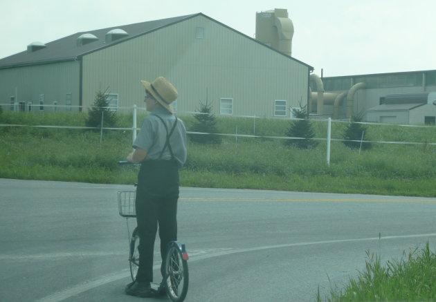 Amish jongetje op zijn 'scooter'