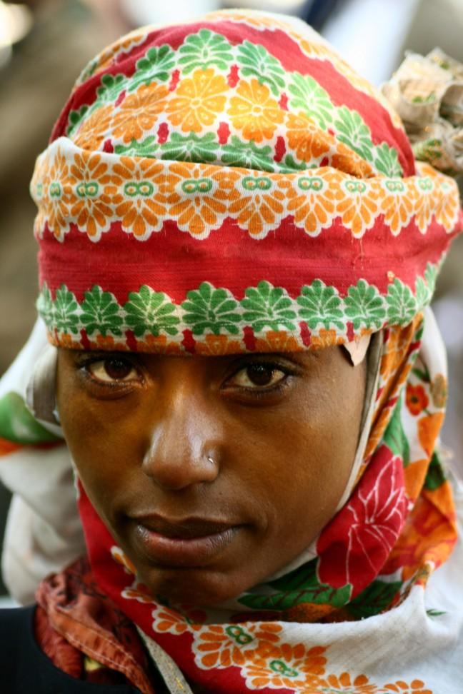Kleurig geklede vrouw uit de bergen