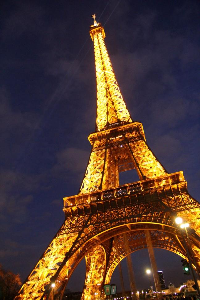 De Eiffeltoren bij avond