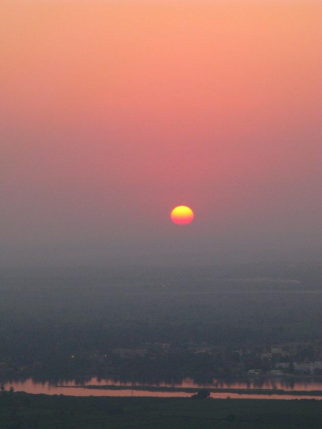 Zon opkomst tijdens balonvaart boven oud Egypte