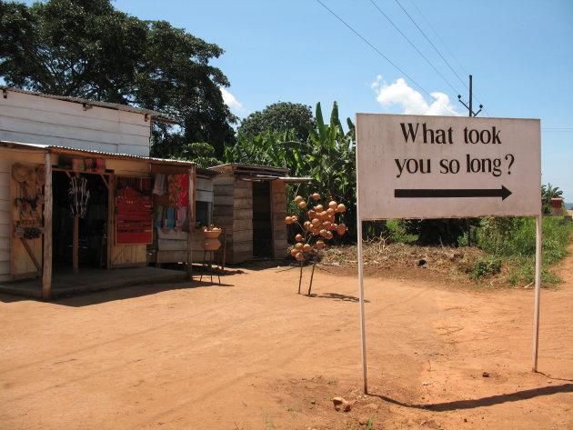 Relativerend verkeersbord in Oeganda