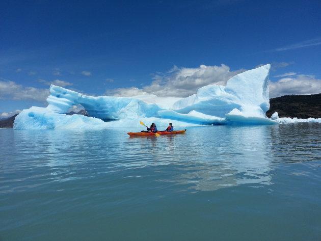 Kajakken tussen de ijsbergen van de Upsala gletsjer
