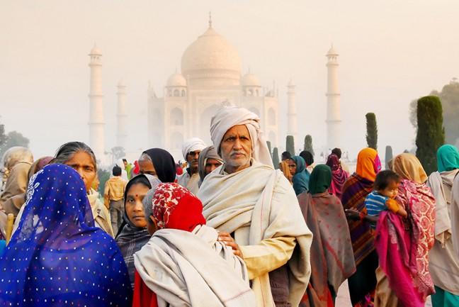 Kleurrijke bezoekers van de Taj Mahal