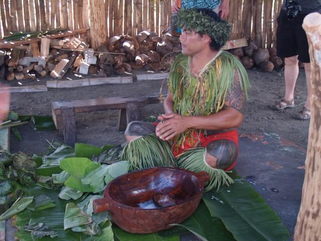 man verzorgt een traditionele Samoaanse maaltijd