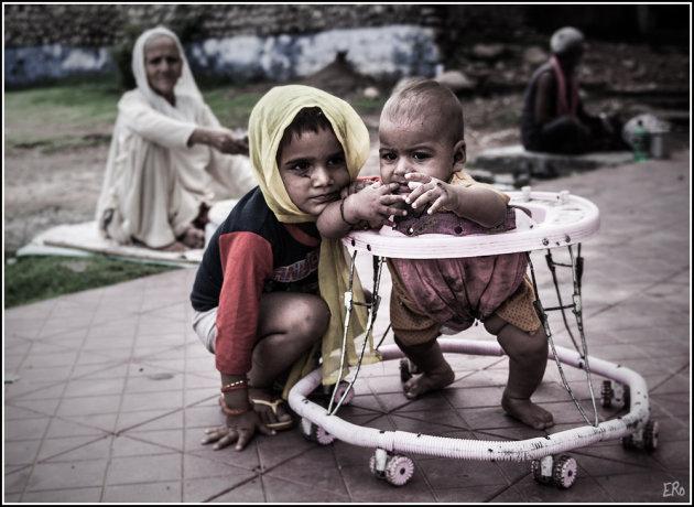 kinderoppas in Kashmir
