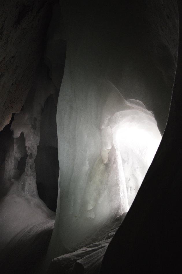 Ijsgrotten Werfen (Oostenrijk). Door kaarsen verlichte ijsmassa